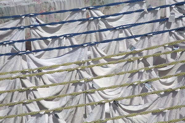 Foto de Linen drying in the sun on ropes - India - Asia