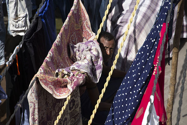 Photo de Peeking through drying clothes on washing lines at Dhobi Ghat - Inde - Asie