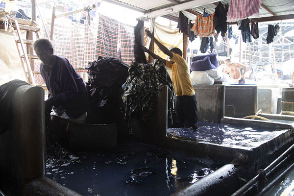 Photo de Washing pens in Dhobi Ghat filled with water - Inde - Asie