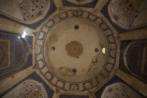 Looking up the ceiling of Quli Khan mausoleum | Mehrauli Archaeological Park | India