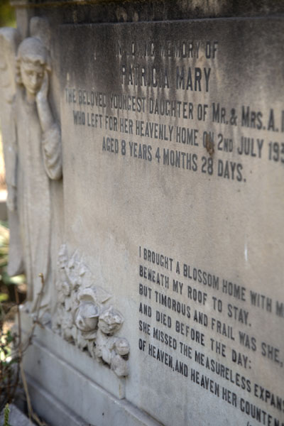 Detail of a tombstone for a girl who passed away at only 8 years | Cementerio Nicholson | India