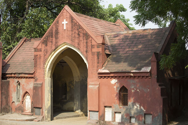 The entrance building of Nicholson Cemetery | Cementerio Nicholson | India