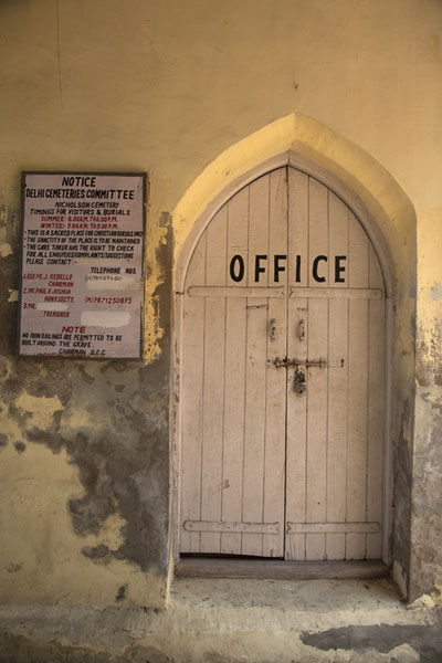The office door of Nicholson Cemetery | Cimitero Nicholso | India