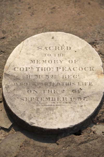 Foto de Plaque for a military officer who died in the 1857 clashes in DelhiDelhi - India