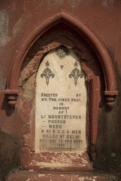 Tombstone commemorating a military who died at the 1857 clashes in Delhi | Cimitero Nicholso | India