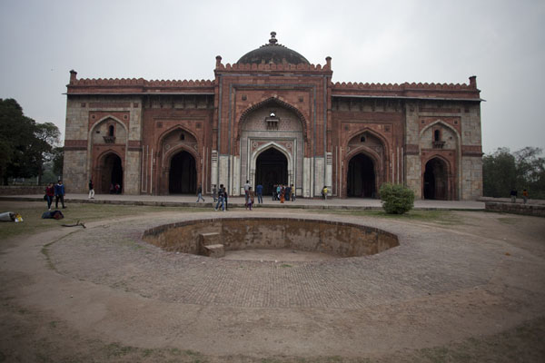 Frontal view of the Qila-i-Kuhna mosque德里 - 印度