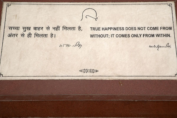 Foto di Stone with one of the many quotes of Mahatma Gandhi that can be found all over the parkDelhi - India