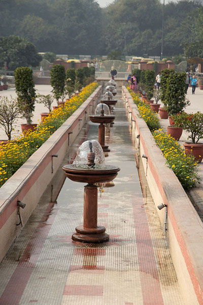 Looking along the water channel with fountains at the west side of Raj Ghat park德里 - 印度