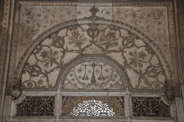 Foto van Panel of the Khas Mahal, with scales of justice and the upper part of the finely carved filigree screen - India - Azië