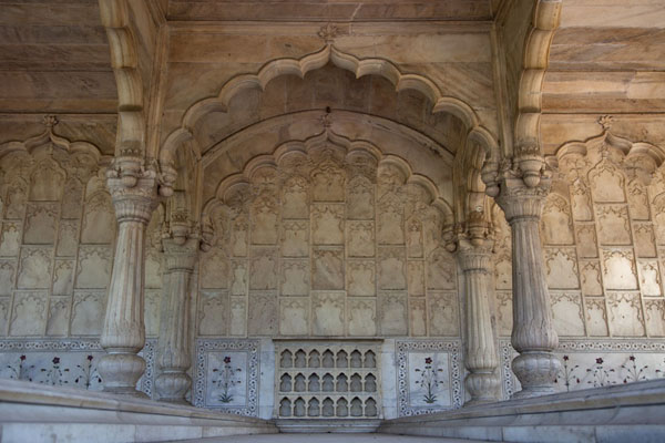 Foto van Richly decorated small white marble building in the Red Fort - India - Azië