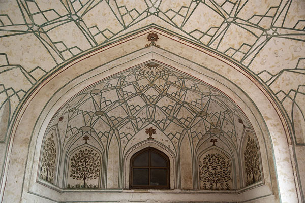 Looking up a decorated niche in the Naubat Khana | Red Fort | 印度