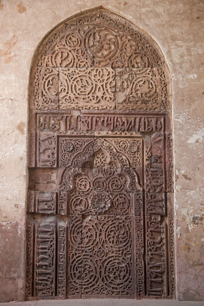 Calligraphy in stone inside the Naubhat Khana | Forte rosso | India