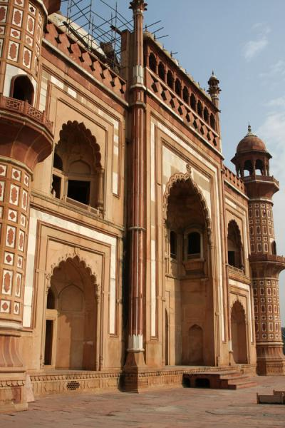 Picture of Safdarjung Tomb seen from a side