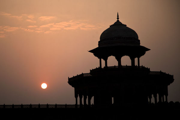 Foto van Sunrise over a kiosk at the guesthouse on the east side of the Taj MahalAgra - India