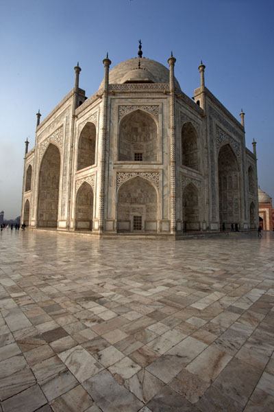 Foto van Looking up the Taj Mahal from one of the cornersAgra - India