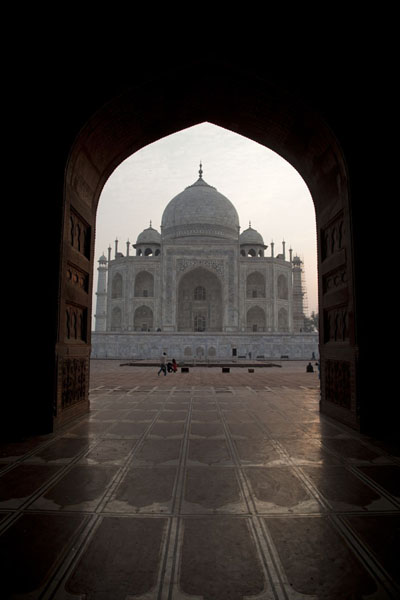 Foto van The Taj seen at sunrise from the mosqueAgra - India