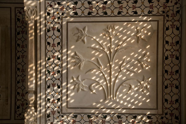 Foto van Fine light filtered in through marble screen, or jali, with flower design carved out of marbleAgra - India
