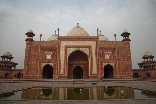 Foto van The mosque reflected in the poolAgra - India