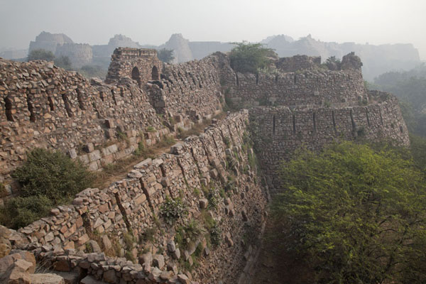 Looking along the walls of Tughlaqabad Fort | Fortezza Tughlaqabad | India
