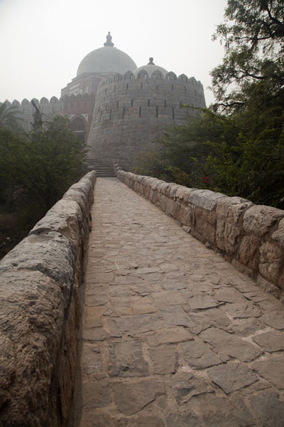 The causeway which links the mausoleum of Ghiyath al-Din with Tughlaqabad Fort | Fortezza Tughlaqabad | India