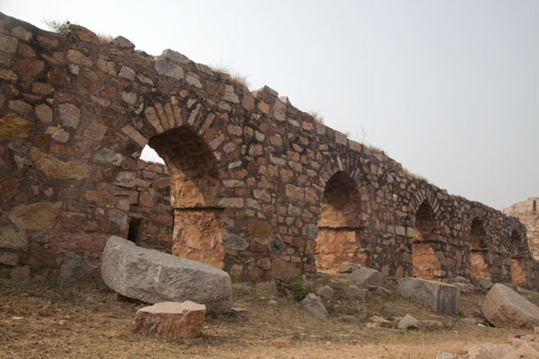 Foto van Wall with arches in the residential area of TughlaqabadDelhi - India