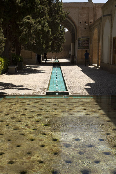 Foto de Looking across the well with holes through which water comes up and goes downKashan - Irán