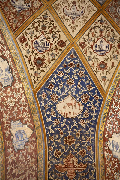 Close-up of painted walls of a pavilion in Fin Garden | Jardines de Fin | Irán