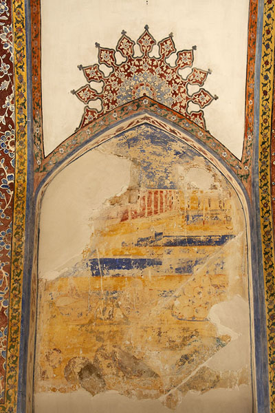 Flaking mural on the wall of a pavilion in Fin Garden | Jardines de Fin | Irán