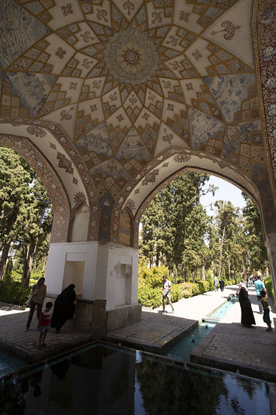 Rich decorations on the ceiling of the pavilion with water canal below | Jardines de Fin | Irán