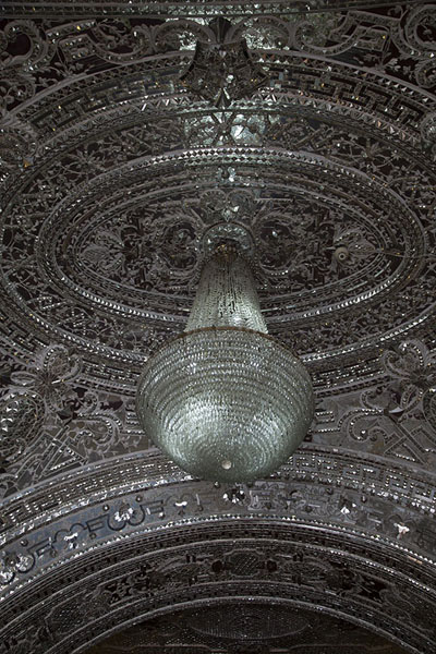 Chandelier and mirrored ceiling in a hall in the Reception Hall | Golestan paleis | Iran