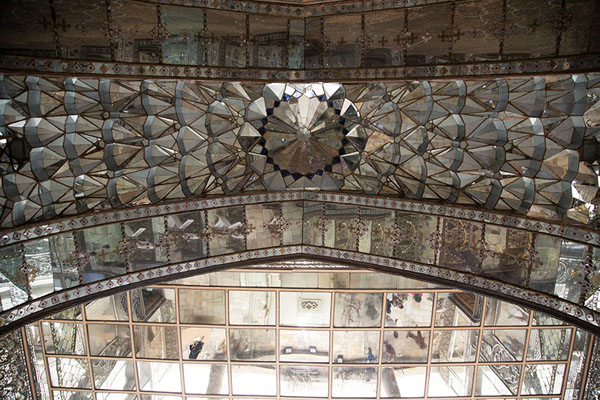 Looking up the ceiling of the mirrors in Takht-e Marmar | Palais du Golestan | Iran