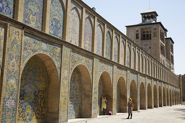 Decorated wall on the east side of Golestan palace with the Edifice of the Sun | Golestan paleis | Iran