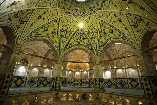 Arches with alcoves behind them, all abundantly decorated, in the central hall of the hammam | Hammam-e Sultan mir Ahmed | Iran