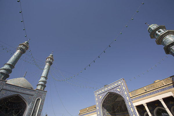Foto di Looking up the minarets surrounding the old courtyard of the mausoleumQom - Iran