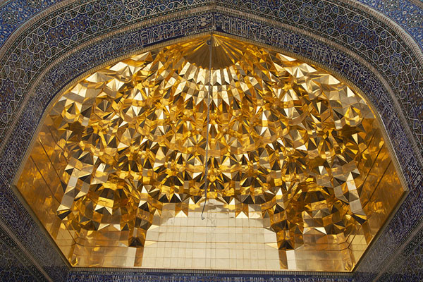 Foto de Vault covered in gold covering the vault over the entrance of the shrineQom - Irán