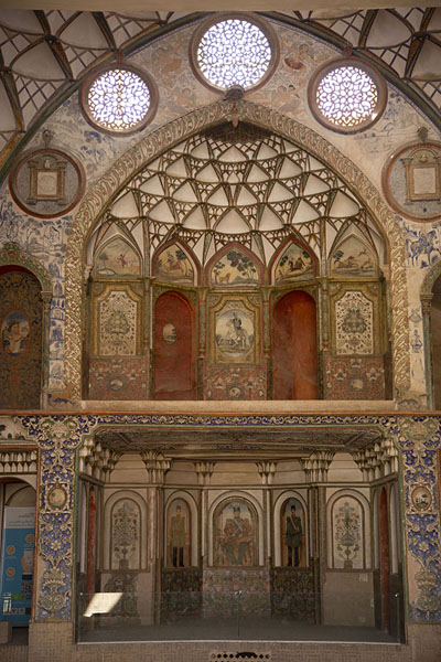 Foto van Finely decorated reception hall of the main building - Iran - Azië