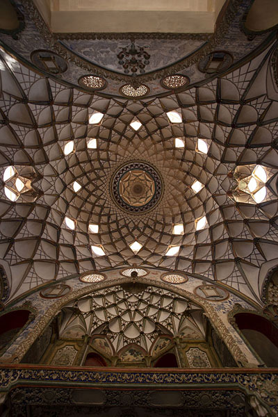 The ceiling of the central hall of Khan-e Borujerdi | Khan-e Borujerdi | 伊朗