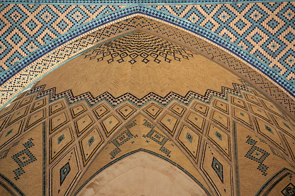 Foto van Close-up of the arch with turquoise tile-workKashan - Iran
