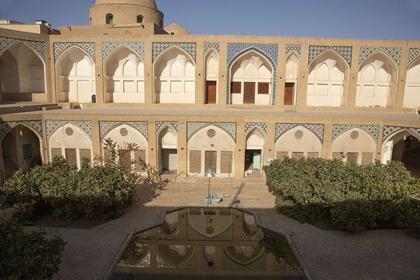 The gallery reflected in the pool in the courtyard below | Masjed-e Agha Bozorg | 伊朗
