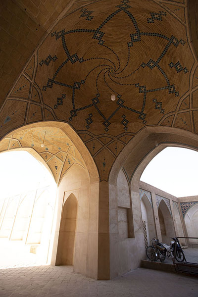 Foto van One corner of the main building of the mosqueKashan - Iran