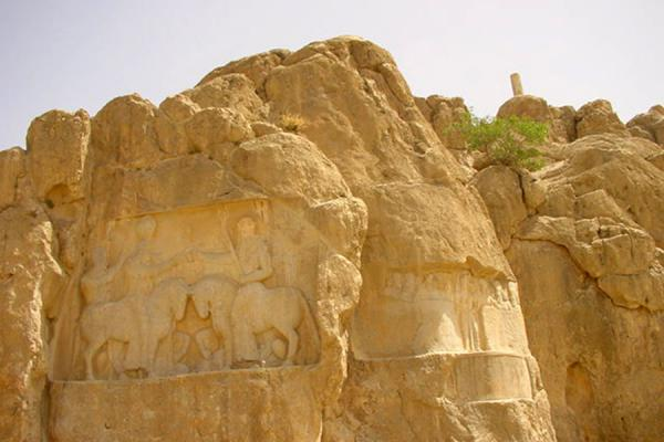 Foto di Some reliefs, and the communication fire tower on topPersepolis - Iran