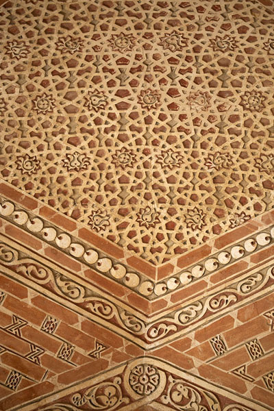 Close-up of finely decorated vaulted ceiling on the top terrace of the mausoleum | Oljeitu Mausoleum | 伊朗