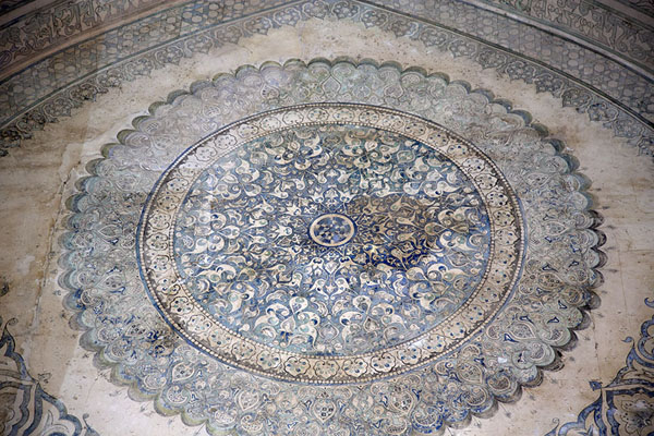 Foto di Blue-and-white decorations inside the mausoleum of OljeituSoltaniyeh - Iran