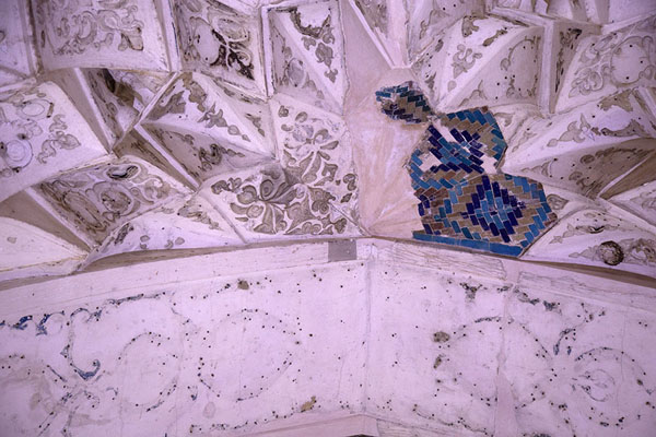 Detailed view of the decorations inside the mausoleum, with few colours left | Oljeitu Mausoleum | 伊朗