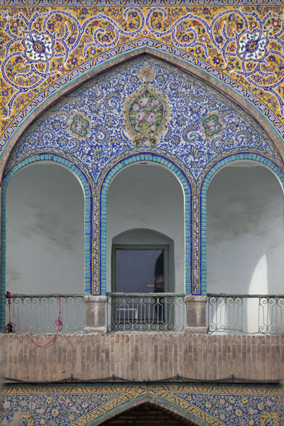 Foto van Decorated facade of building in the bazarTeheran - Iran