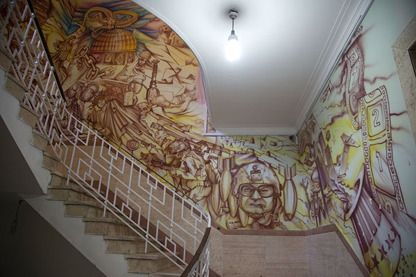 The staircase of the former embassy is now full of anti-American wall paintings - 伊朗