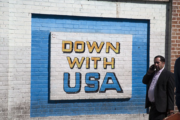 Foto di Slogan against the USA painted on the wall of the former US embassy - Iran - Asia