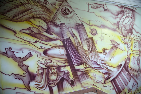 Foto de Detail of the wall painting inside the former US embassy - Irán - Asia