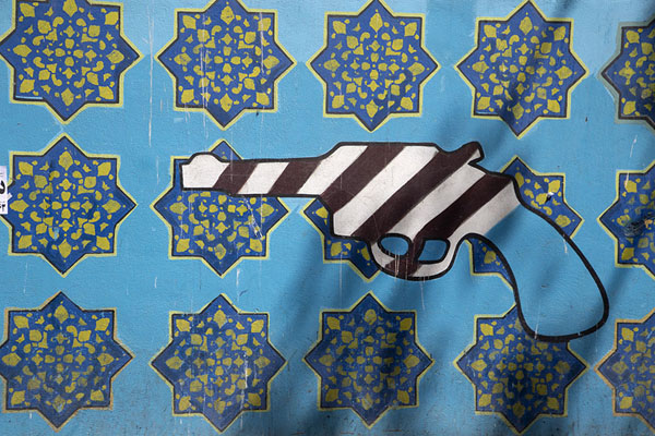 Weapon painted on the wall surrounding the former US embassy | US Den of Espionage | Irán