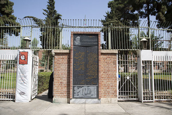 Entrance of the former US embassy with image of ayatollah Khomeini | US Den of Espionage | Irán